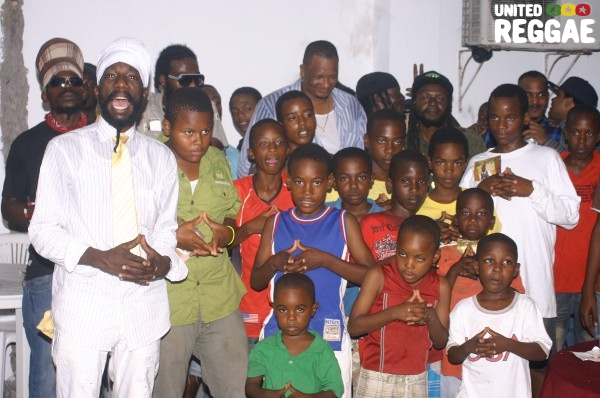 Sizzla and children © Locksley Clarke