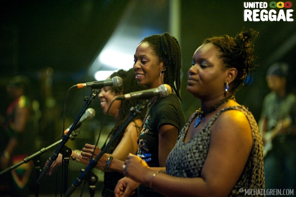 Toots backup singers © Michael Grein
