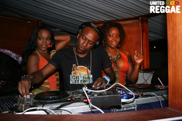 Supa Hype and The Magnum Girls © Steve James