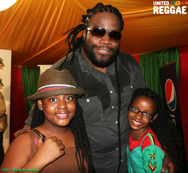 Gramps surprised backstage by Peter's two daughters © Sista Irie
