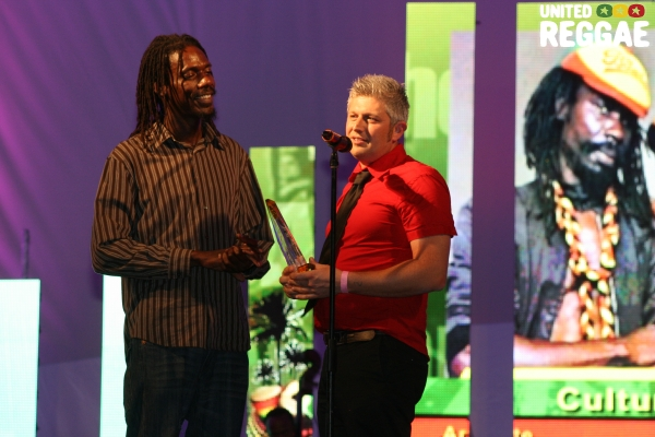 Kenyatta Hill accepts award from French promoter, Fred Lachaize © Steve James