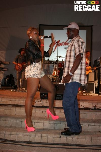 Brown Sugar sings to a member of the audience © Steve James