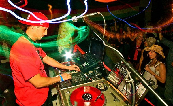 Pierre Bost backing Gappy Ranks at turntables (Sebastopol)  © DJ Guacamole