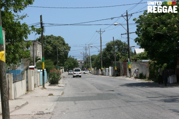 The light post of Mountain View Avenue in Jamaican colors © Steve James