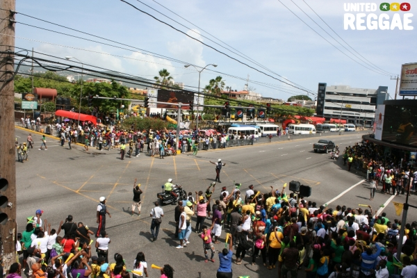 Police attempt to clear HWT intersection © Steve James