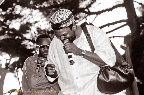 Sugar Minott with his bag / Reggae in the Park, San Francisco - 1994 © Lee Abel