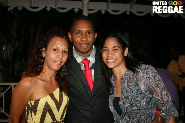 Shane Brown, Busy Signal's manager and the ladies © Steve James