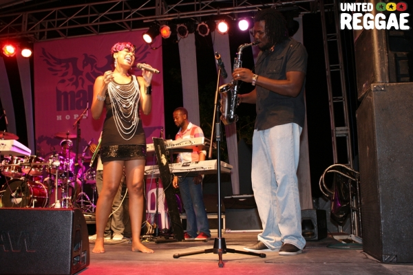 Alaine sings along with the saxophonist © Steve James