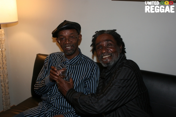 Beres Hammond and Bread share a light moment backstage © Steve James