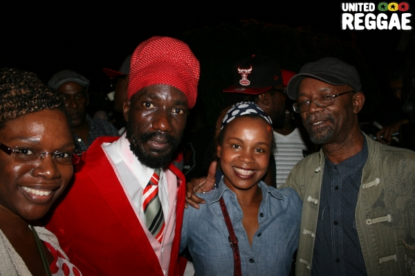 Sizzla, Beres Hammond and fan backstage © Steve James