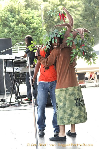 Stevie and tree at SNWMF © Lee Abel