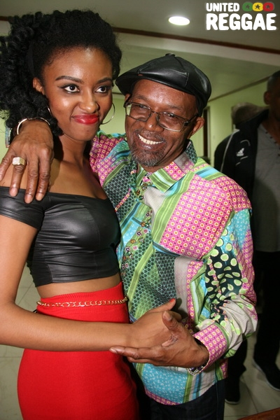 Backstage, fan and Beres Hammond © Steve James