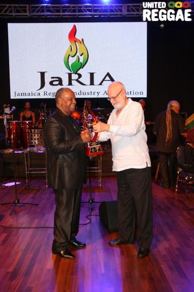 BB Seaton receives his award © Steve James