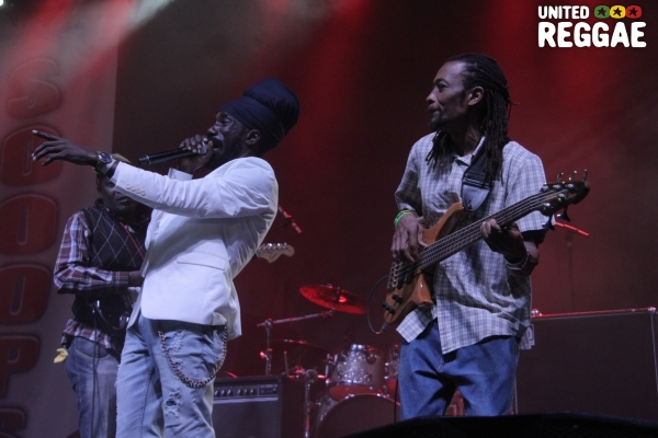 Sizzla and guitarist © Steve James